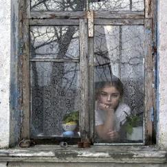 niña mirando-ventana