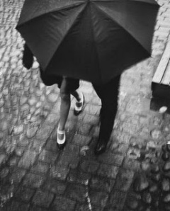 Pareja bajo la lluvia- Iglesia