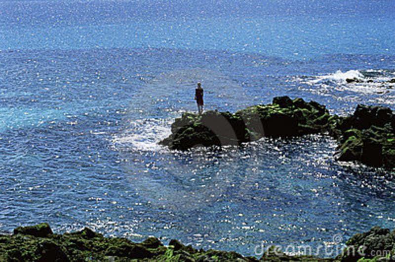 mujer-joven-mirando-hacia-fuera-al-mar-6078515