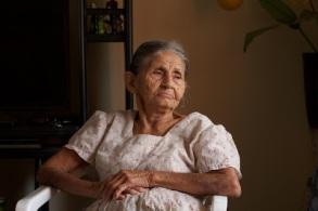 mujer anciana sentada
