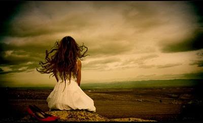 Mujer sola en el mar