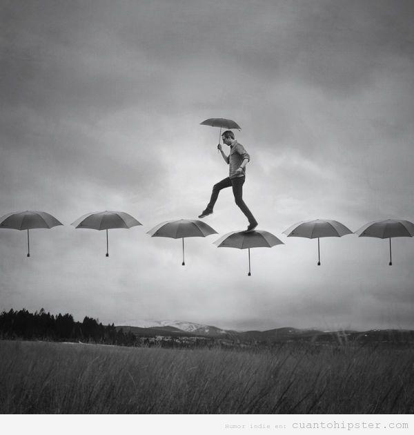 caminado bajo paraguas
