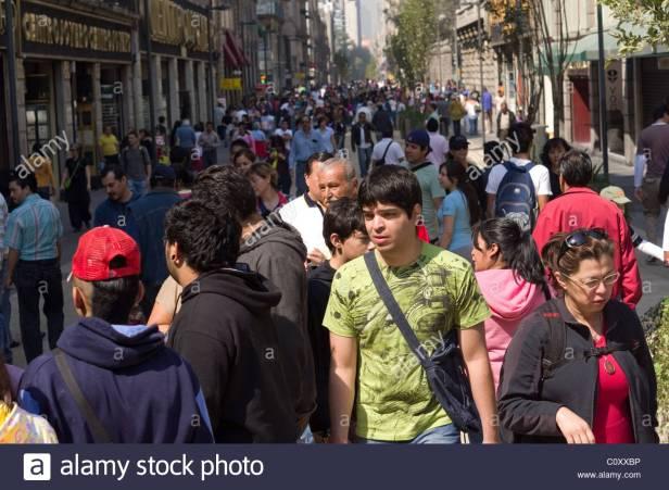 multitud-en-las-calles-de-la-ciudad-de-mexico-c0xxbp