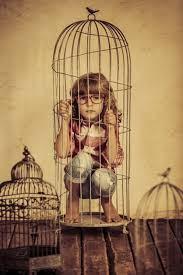 De nada le sirve al pájaro estar en una jaula de oro cuando lo que ...